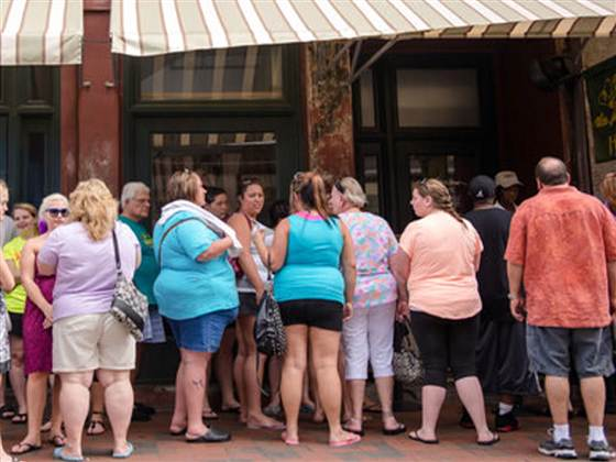 Patrons waiting in line outside The Lady and Sons, Paula Deen's restaurant in Savannah, Ga. this weekend (credit: MSN.com)